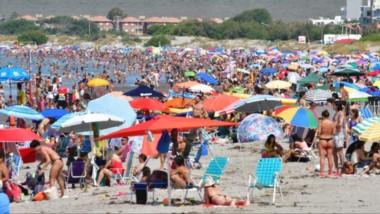 Con una temperatura que rondó  los 28° de máxima por la tarde, la gente se acercó  a la costa para disfrutar de las cálidas aguas del Golfo Nuevo.