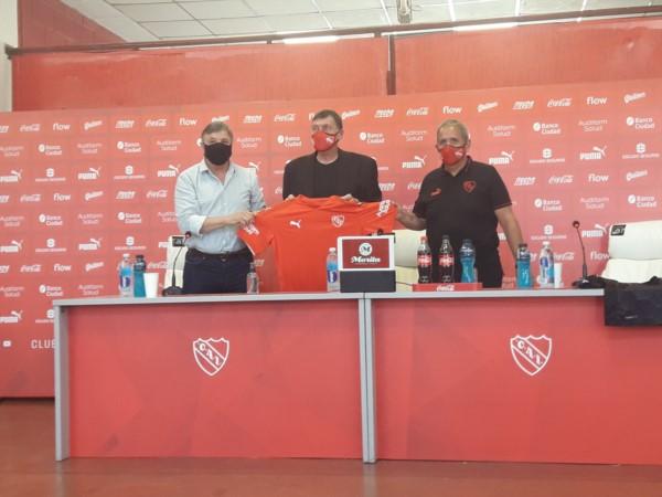El entrenador fue presentado oficialmente y brindó una conferencia.
