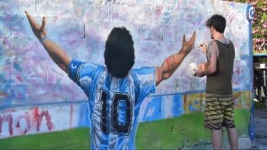 El artista Mariano Ponte volvió a lucirse para que el mural de Maradona en Trelew vuelva a quedar 10 puntos.