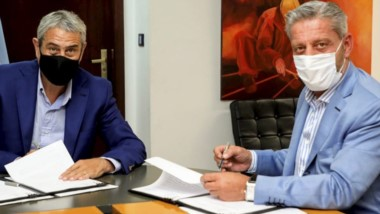 Arcioni rubricó el acuerdo con Jorge Ferraresi.