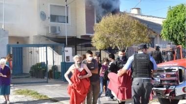 Hubo personas mayores que debieron ser evacuadas de las propiedades más afectadas por el incendio.