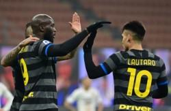 Inter goleó a Benevento y continúa a dos puntos del Milan.
