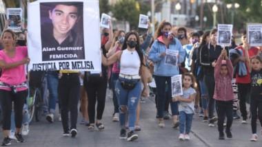 En lucha. El paso de la columna de personas que pasó también por la avenida Hipólito Yrigoyen, donde dialogaron con trabajadores de Jornada.