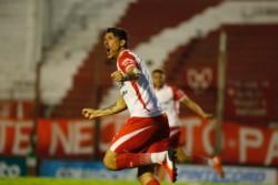 Instituto ganó con goles de Castillejos y Cuello. Bauman marcó para la visita.