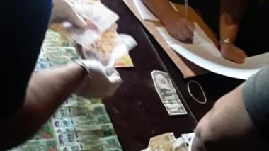 Efectivos policiales realizando el acto con el dinero incautado.