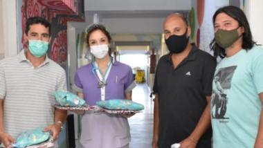 """Inegrantes de la peña """"Diego Maradona Eterno"""" regalaron juguetes en los hospitales de Trelew y Rawson."""