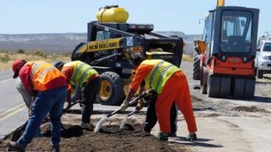Trabajos. Las tareas de mejoramiento que ya se comenzaron a realizar sobre Ruta Nacional 25 en la calzada.
