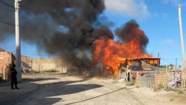 Una falla eléctrica desató incendio en la precaria vivienda madrynense.