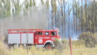 Momentos en que llegaban refuerzos con más agua para aplacar las llamas en medio del intenso calor.