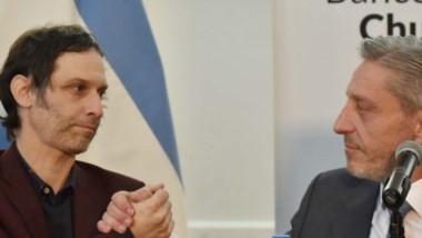El gobernador junto al presidente del Banco del Chubut durante el anuncio de las líneas crediticias para las pymes y los jubilados.