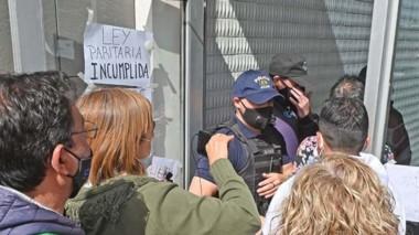Otra vez hubo manifestaciones adentro y afuera del Ministerio.