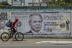 Las paredes de Brasil, empapeladas con le rostro del ministro de Economía Paulo Guedes, uno d etantos personajes públicos bajo sospecha de maniobras delictivas.