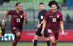 Eduard Bello (18) de tiro libre marcó el segundo gol de Venezuela.