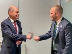 Choque esos cinco. Guzmán y el actual ministro de Finanzas alemán, Olaf Scholz