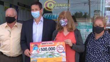 La ganadora recibió su cheque en la Agencia 1001, con la suculenta suma de medio millón de pesos.