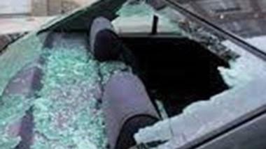 El vehículo sufrió severos daños en los vidrios por piedras arrojadas.
