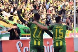 Cauteruccio y Hauche festejan de cara a su gente el gol para volver a la senda del éxito.