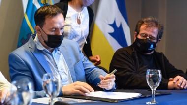 Adrián Maderna firmó el convenio que beneficiará a varios jóvenes.