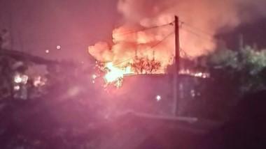 Varias unidades de los bomberos trabajaron para apagar el fuego.