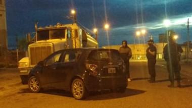 El conductor de un Chevrolet Scenic impactó contra el camión parado.