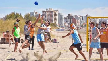 Los deportes de arena convocan cada vez a más deportistas en la zona.