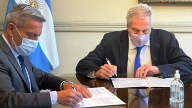 Arcioni firmó el convenio en Buenos Aires con el ministro Perczyk.