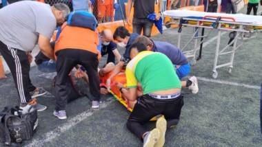 El juvenil Santiago Díaz recibió un golpe de puño de atrás y quedó tendido y debió ser trasladado al hospital en la ambulancia. Lamentable.
