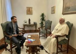 Hernán Reyes Alcaide, corresponsal de Télam, durante la entrevista con le Sumo Pontífice.