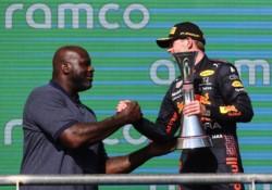 En Austin, Shaquille O'Neal fue el encargado de entregarle a Verstappen el trofeo.