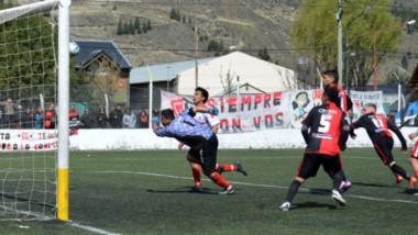 """Mariano """"Chuky""""  Fernández convirtió de taco el único gol del partido, jugado en cancha de Belgrano."""