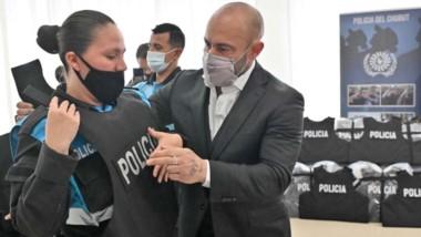 La entrega de los chalecos antibalas, con una inversión superior a los 19 millones de pesos.