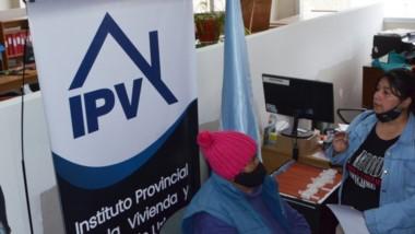 Tensión en la Cordillera.  Imagen de la toma realizada ayer en el edificio de la sede del IPV en Esquel.