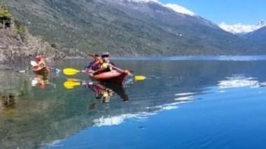 Aguas limpias. Un paseo en kayak en el lago Puelo, para toda la familia.