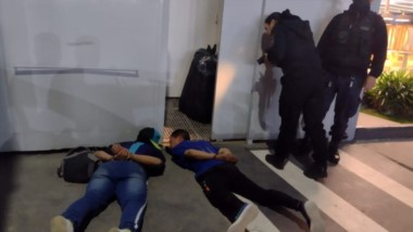 : Los dos sujetos fueron detenidos por un efectivo policial que los persiguió a pie durante varios metros.