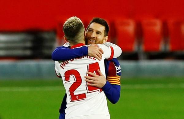 """El saludo entre """"Papu"""" Gómez y Messi en la previa al choque de semifinales."""