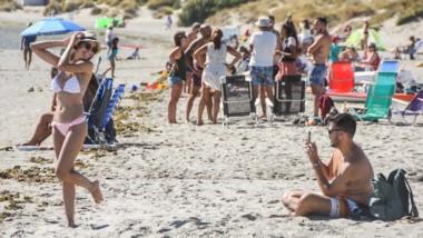 El fotógrafo y su modelo. Un día de playa perfecto, con calor y una brisa amigable, en un fin de semana largo ideal para descansar y dedicarse a los amigos, la familia y los afectos.