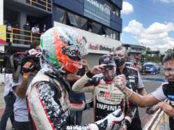 El festejo de Rossi. Consiguió 5 victorias y 11 podios en las 12 carreras de la temporada.