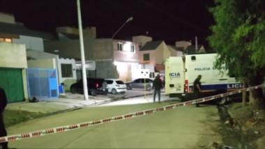 Efectivos policiales de Trelew trabajando en la madrugada de ayer luego de haberse producido el homicidio