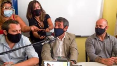 El jefe de los fiscales junto al ministro Massoni ayer en la conferencia de prensa en Comodoro Rivadavia.