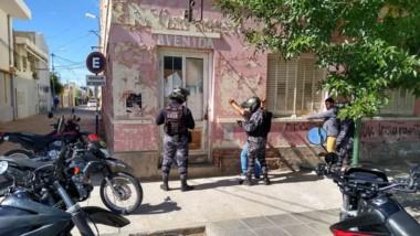 Los dos individuos fueron interceptados ayer en plena vía pública.