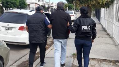 Oscar Romero es llevado detenido ayer a la mañana por la Policía.