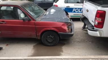Al chapista. El auto chocó directamente a la camioneta estacionada en Condarco al 800 de Trelew.