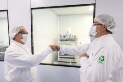Fernández recorrió las instalaciones de Laboratorios Liomont, que tiene a su cargo completar el proceso de fabricación y envasado de la vacuna de la Universidad de Oxford.
