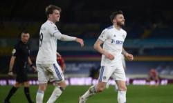 Por un duelo pendiente de la fecha 18, Leeds United, con tantos de Bamford, Dallas y Raphina, y quedó a 8 puntos de la zona de copas.
