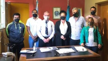James con representantes de la Asociación de Trabajadores del Estado.