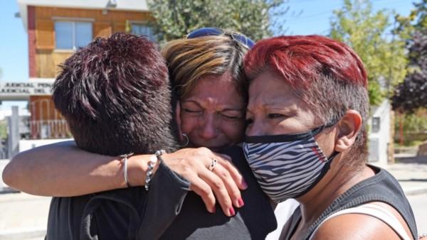 Dolor. Liliana Guerra, madre de Ronald, tras la audiencia. Llora abrazada a quienes la acompañaron ayer durante una mañana conmovedora.