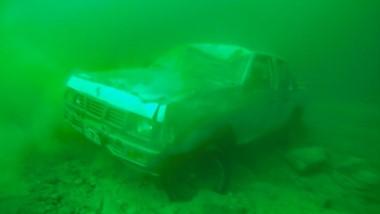 El automóvil finalizó en el fondo del lago Rivadavia tras derrapar.