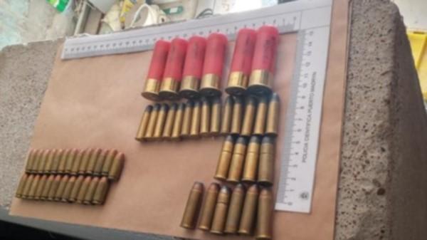 Municiones de diferentes calibres fueron incautadas por la Policía en los allanamientos de ayer