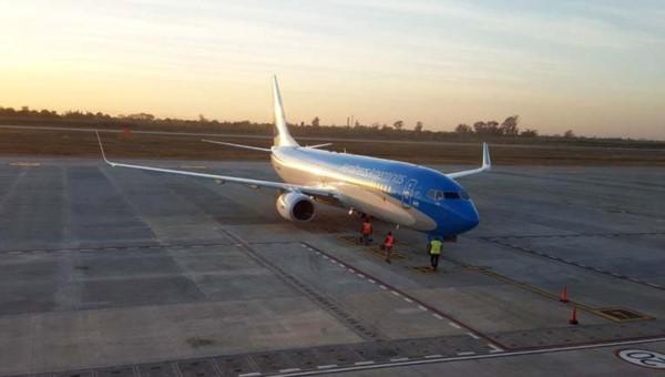 Un avión que iba desde Buenos Aires a Salta aterrizó de emergencia en Tucumán luego de ser golpeado por un rayo, el sábado.