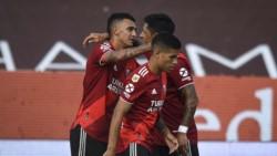 Enzo Pérez felicita a Suárez, autor del gol de la victoria. Vigo, que hizo su estreno, acompaña.